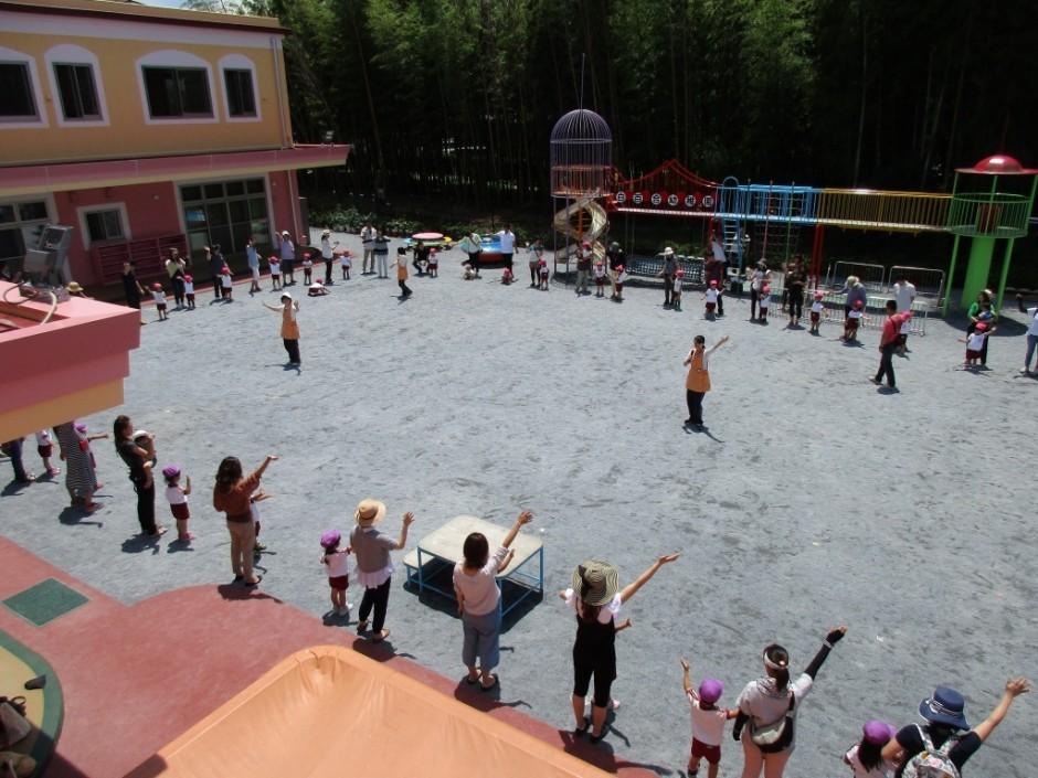 年少組さんの保育参観が本日実施されました。 年少さんでアブラハムの子をみんなで踊りました。