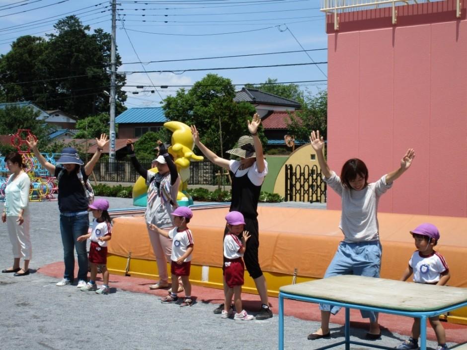 年少組さんの保育参観が本日実施されました。 お父さん、お母さんも一緒に踊りました。