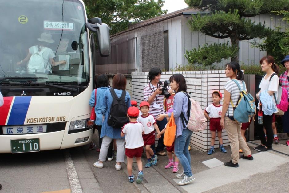 28年親子遠足 大型観光バスに乗っていきます。