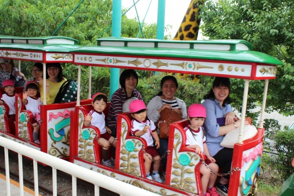 28年親子遠足 おかあさんと一緒に電車に乗りました。