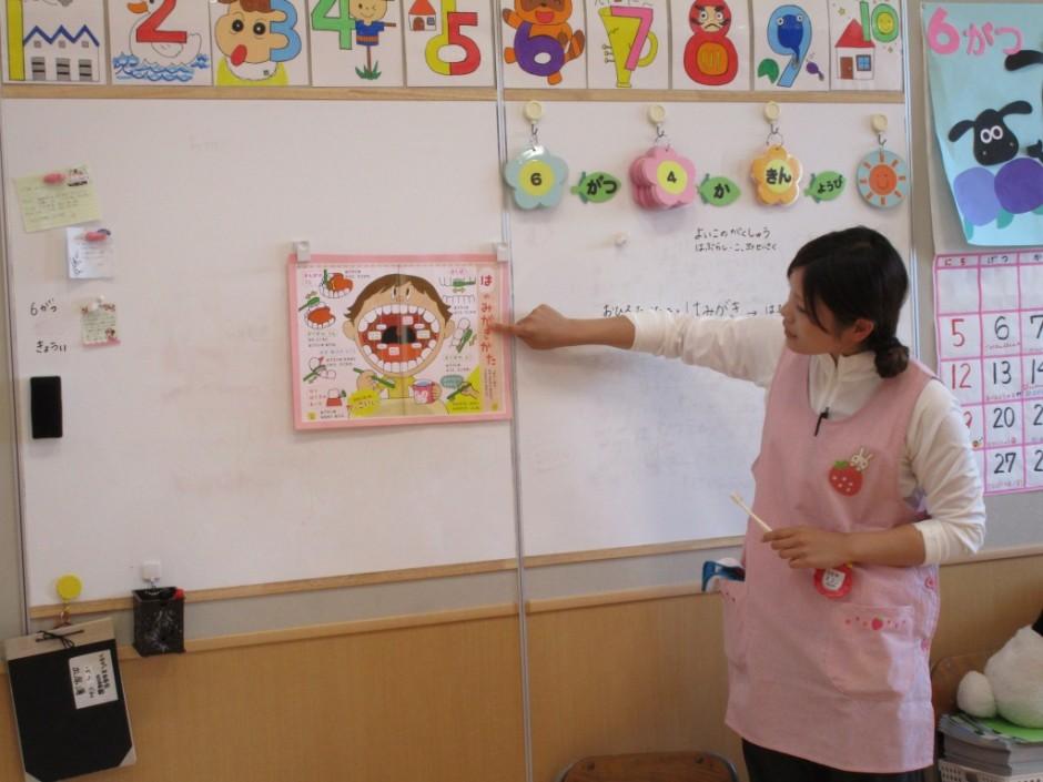 歯磨き大会6月3日 ばら組さんは歯みがきの仕方を絵で見て勉強しました。
