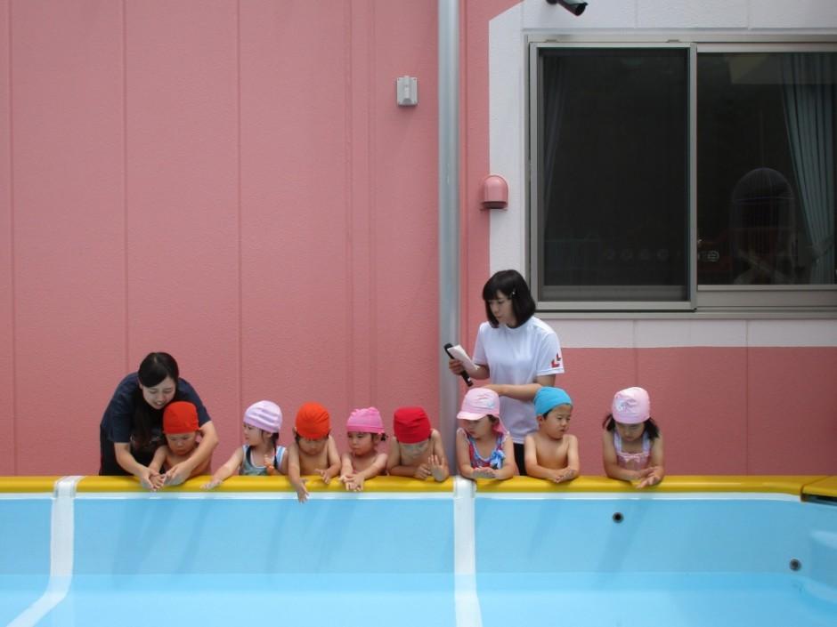 プール開き6月14日 年少年中さんからお清めの塩をまきます。