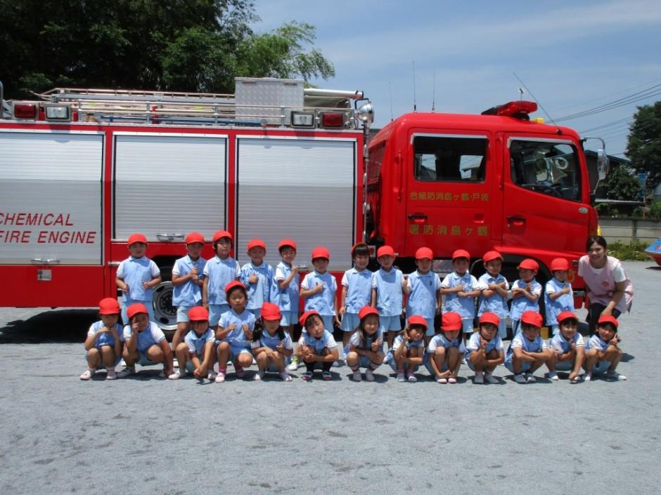 防火講習6月20日 訓練の後は消防車の説明を聞きクラスごとに記念写真を撮りました。