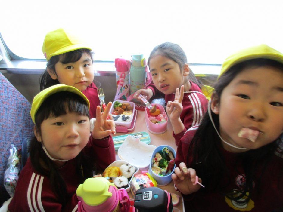 お別れ遠足 大宮鉄道博物館 列車の中でみんなでお弁当を食べました。きく組