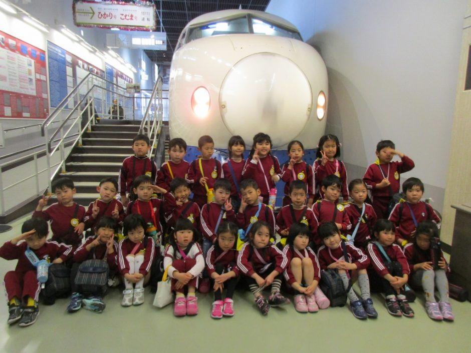 お別れ遠足 大宮鉄道博物館 きく組さん 新幹線の前での記念撮影です。