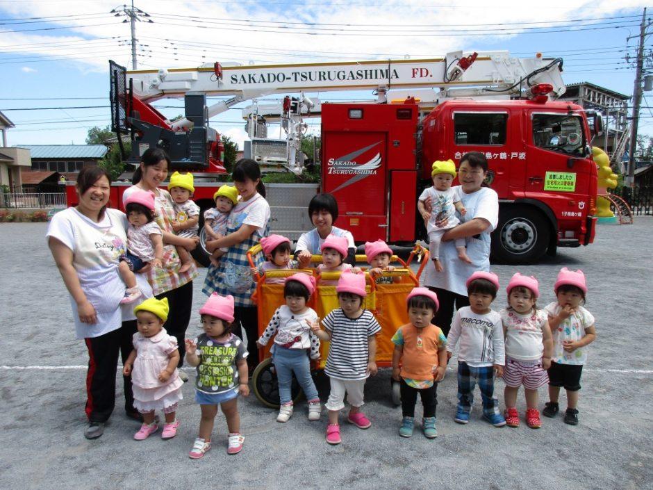 防火講習6月19日 はしご車の前で、ひよこ組さんとあひる組さん記念撮影