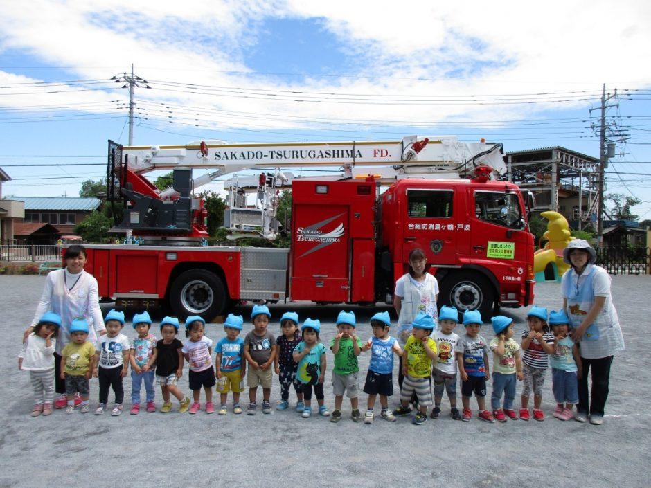 防火講習6月19日 はしご車の前で、ひばり組さん記念撮影