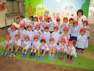 年長組さんがお誕生会で明治製菓に工場見学に行きました。