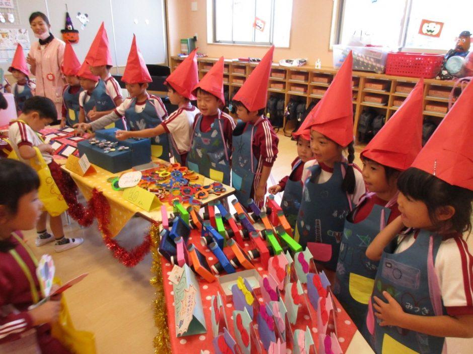 子供たちが楽しみにしていたおみせやさんごっこです。みんな目をキラキラさせて買い物をしていました。 子供たちが喜びそうなたくさんのおもちゃを売っています。