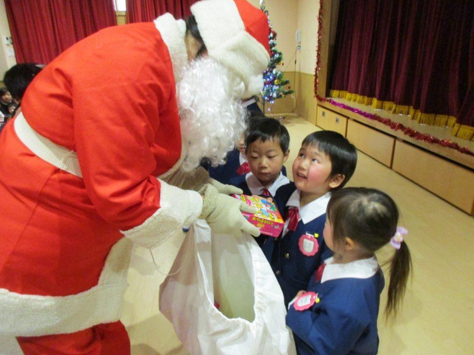 たのしいクリスマス会★ わっ!幼稚園にサンタさんが来たよ!プレゼントをくれました★