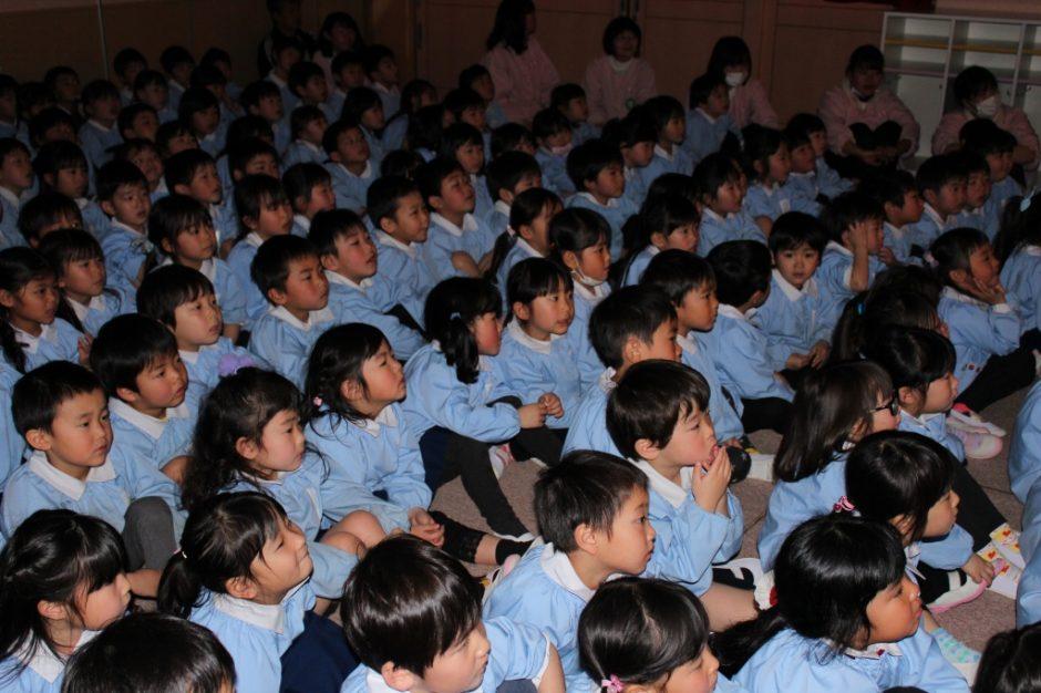 3月 お誕生会 幼稚園部のみんなは お話の世界に集中!