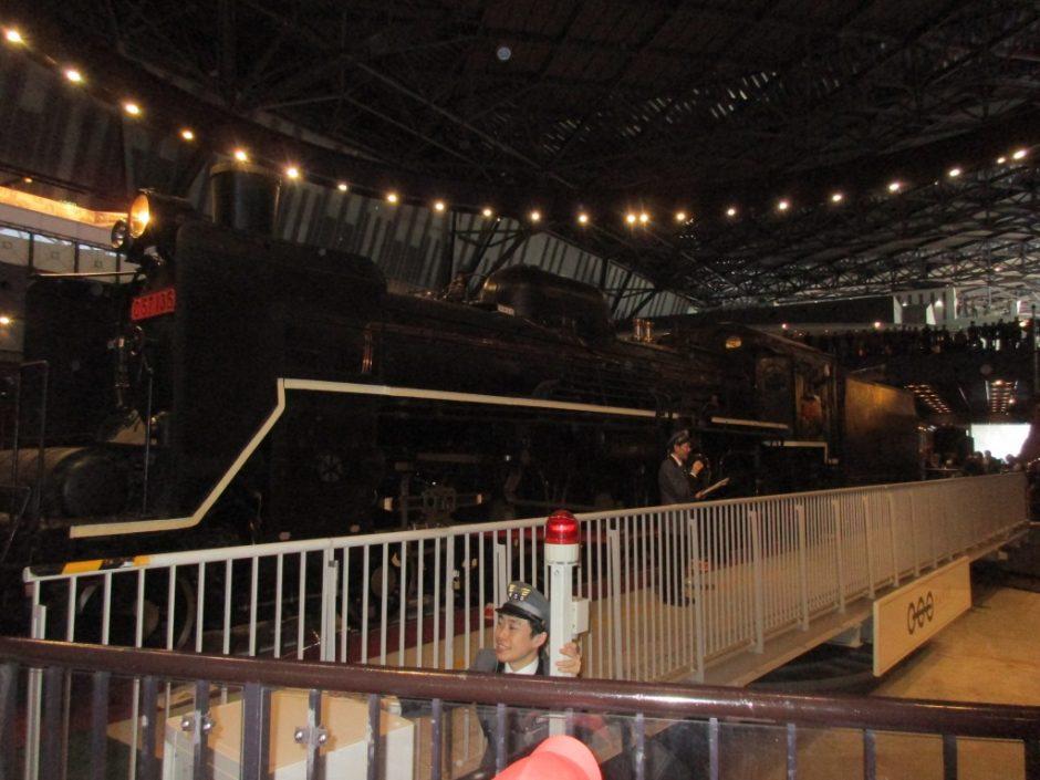 お別れ遠足 鉄道博物館へ行ってきました! 転車台。大きな機関車が回転します!