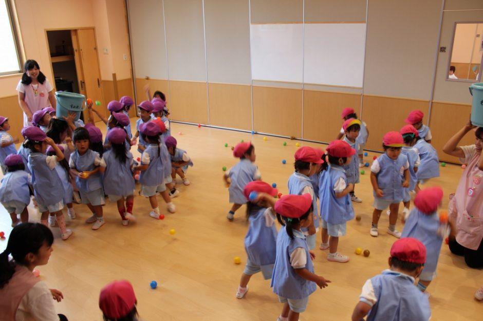 7月・8月 お誕生会 クラス対抗ボールで玉入れ!先生にあてないようにしてね☆