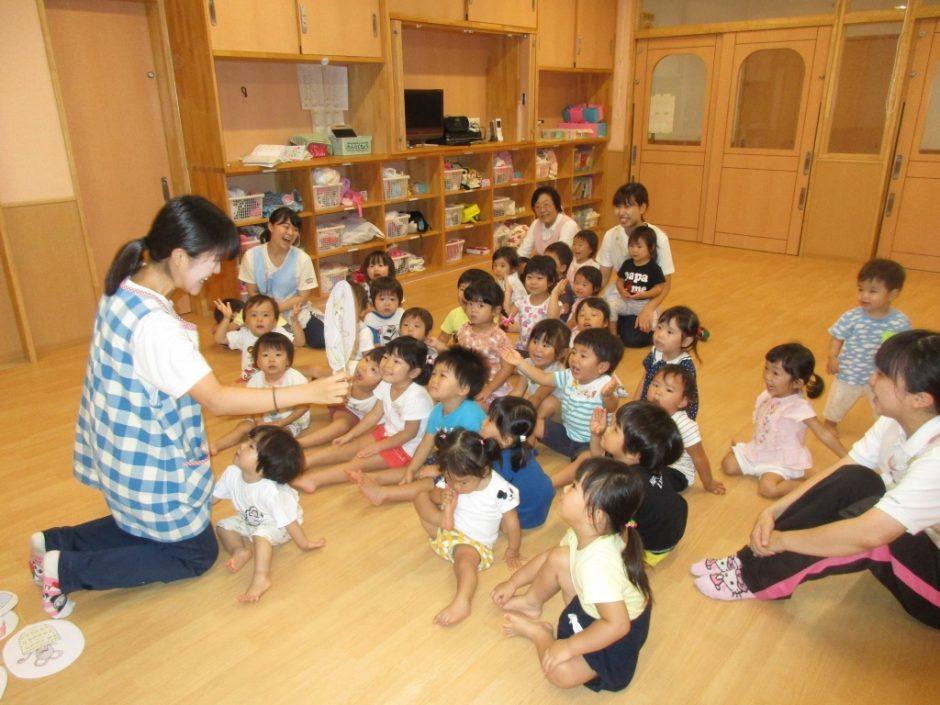 お誕生会 今月はお楽しみ会です。梅子先生と一緒にペープサートを見ました。