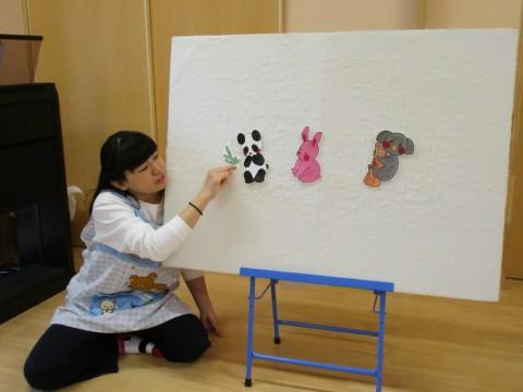 4月お誕生会 パネルシアター「パンダ・ウサギ・コアラ」の始まりです。