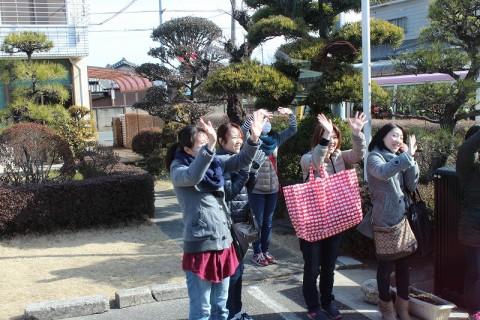 2015.2.28 おわかれ遠足(年長) お母さんたちに見送られて・・・「行ってきまーす!!★」
