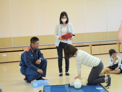 27年救急講習会 AEDの実地講習を受けるお母様たちです。