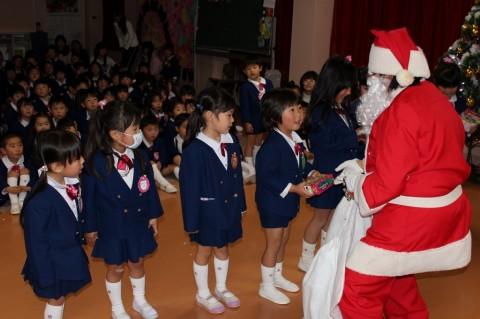 平成25年度 クリスマス会 代表のお友だちがサンタさんからプレゼントをいただきました!