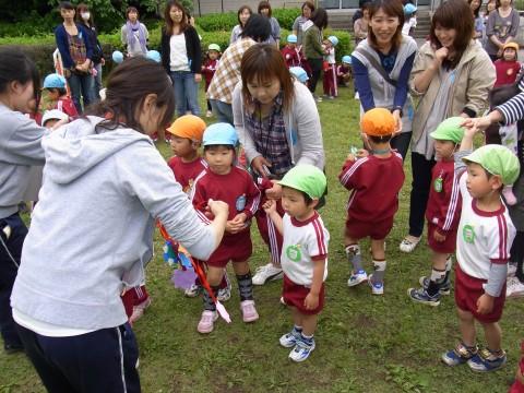 親子遠足 最後まで残ったお友だちは先生からメダルをもらいました!