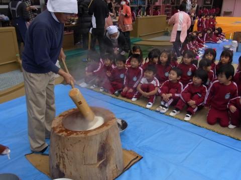 もちつき大会 杵でもち米をつぶしこねます。