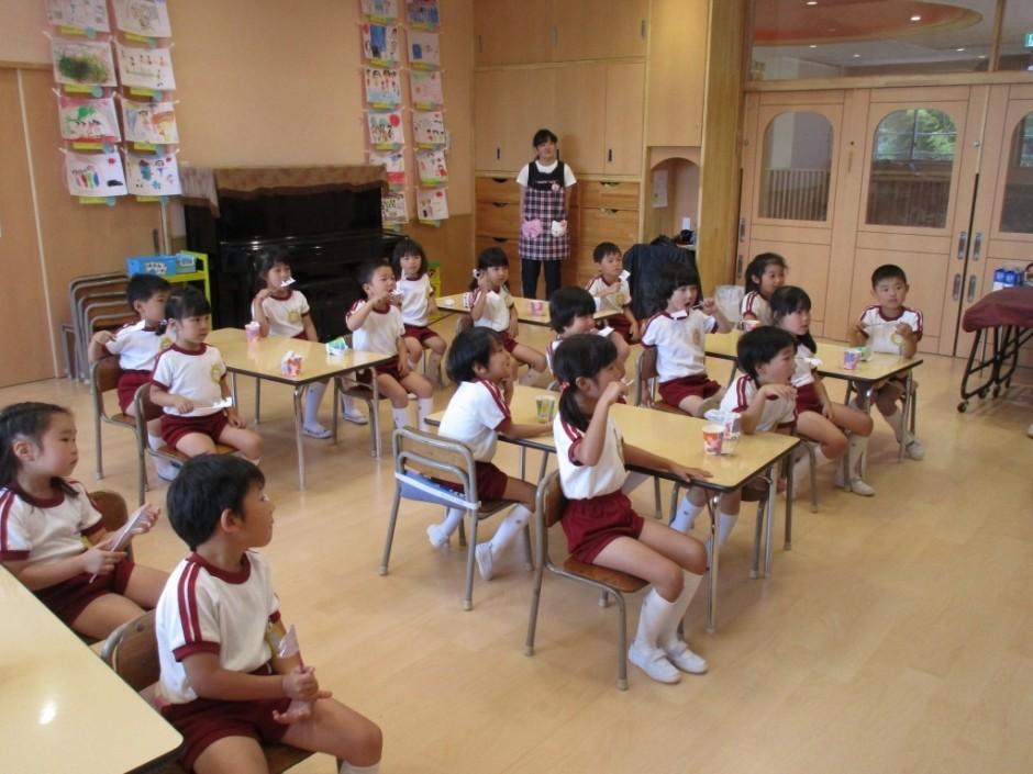 6月4日歯みがき大会 きく組さんも先生の話を真剣にきいています。