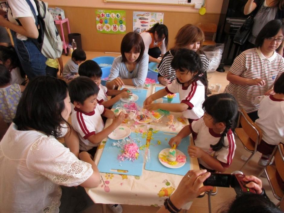 保育参観年中組 ケーキや色々な形を作って粘土の感触を楽しみました。