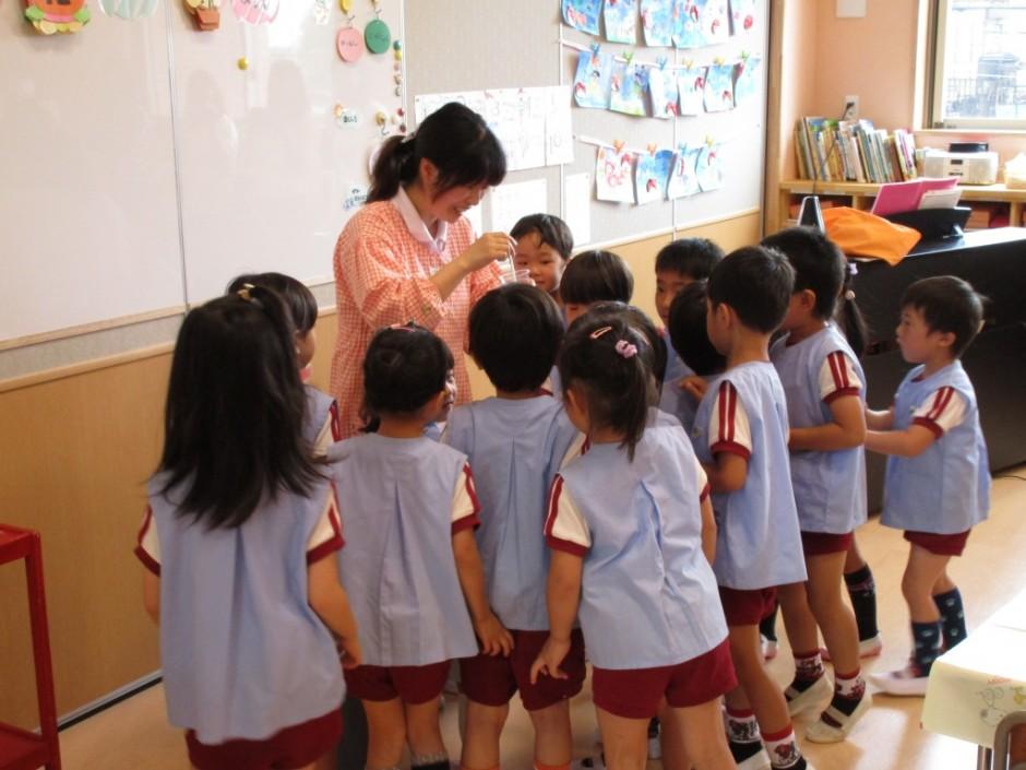 6月12日保育参観年長ぐみさん バラぐみは絵の具で遊びます。