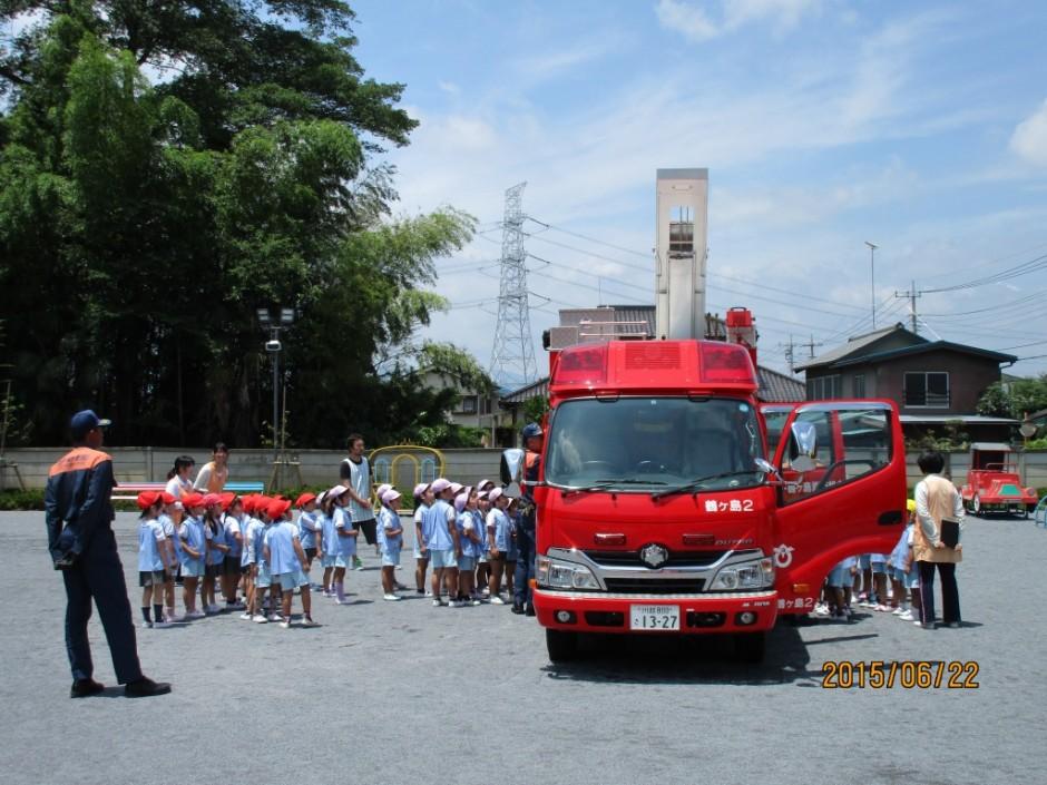 7月防火講習坂戸鶴ヶ島消防署のみなさん協力ありがとうございます。 消防車を間近に見て興味を持つ子どもたちです。