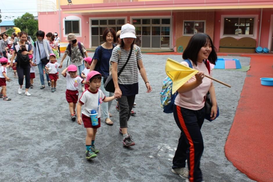 27年遠足・梅雨の合間の晴天です。いっぱい遊んできてね。 もも組さんも初めての幼稚園の遠足です。