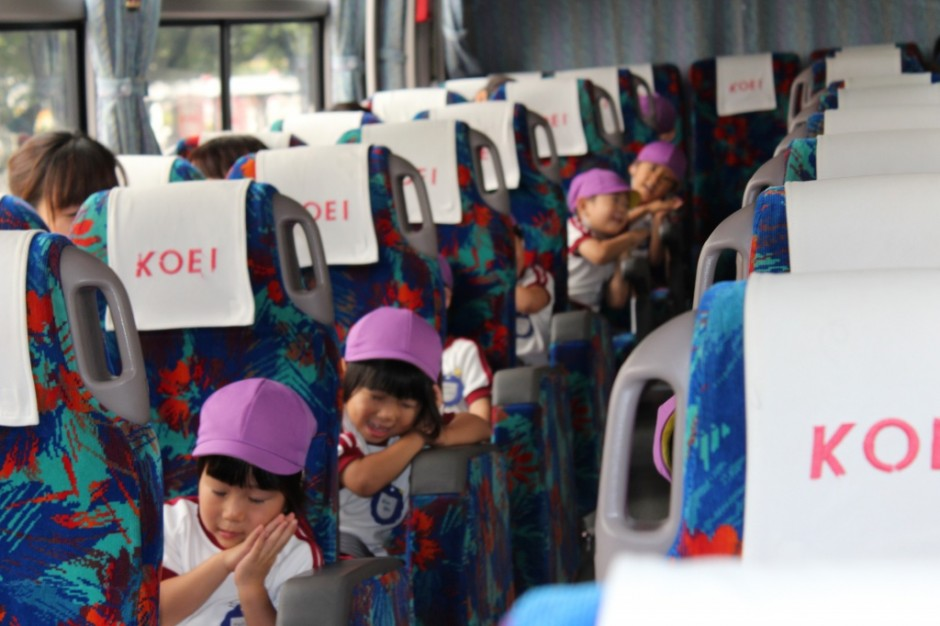 27年遠足・梅雨の合間の晴天です。いっぱい遊んできてね。 遠足のバスって幼稚園バスより大きいね。