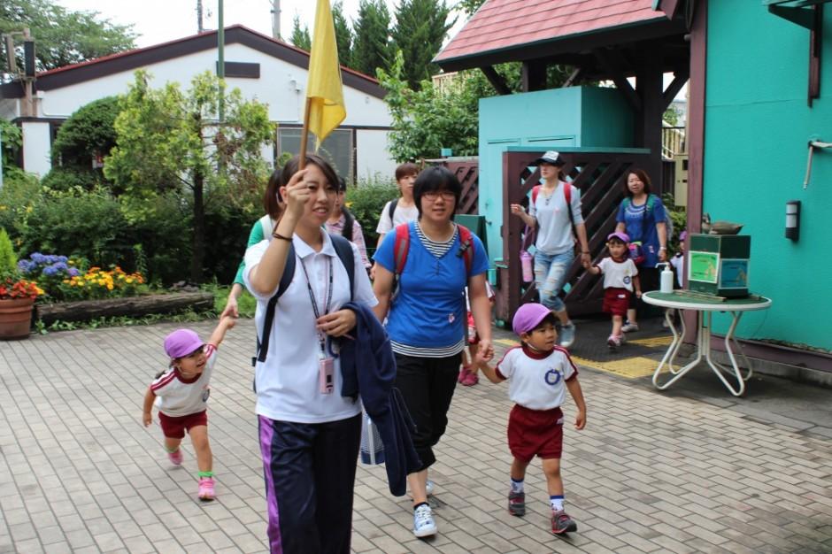 27年遠足・梅雨の合間の晴天です。いっぱい遊んできてね。 1時間位で羽村動物園に着きました。