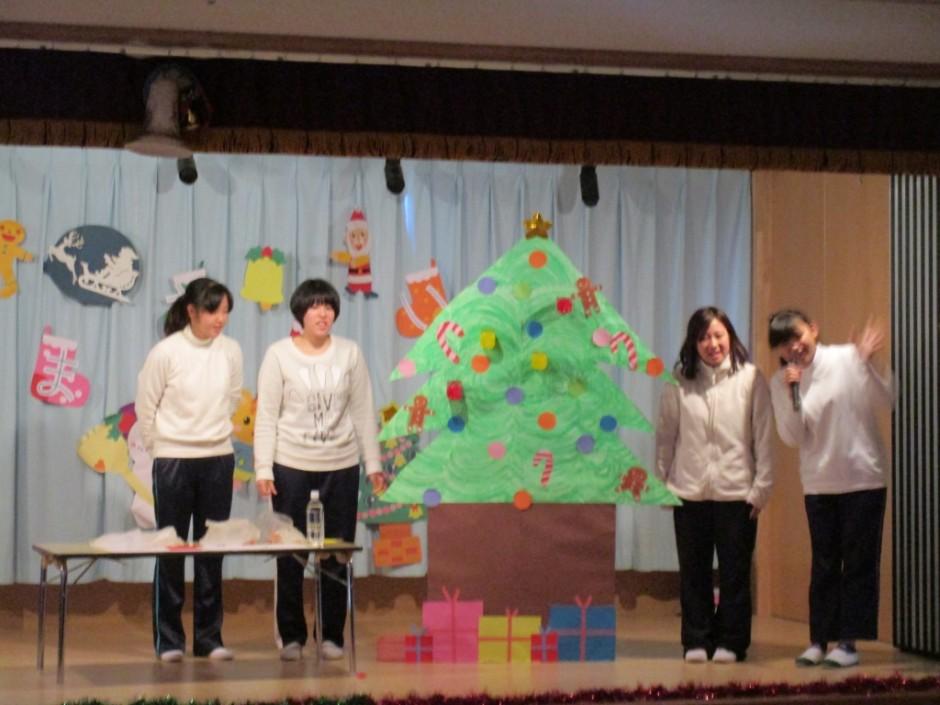 みんなの楽しみにしていたクリスマス会が開かれました。 次は保育園部の先生方の楽しいマジックです。不思議なことがいっぱいありますね。