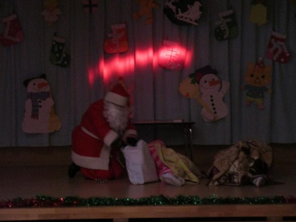 みんなの楽しみにしていたクリスマス会が開かれました。 暗闇にだれかが大きな袋を持って現れました。誰かなドロボウかもしれないですね。
