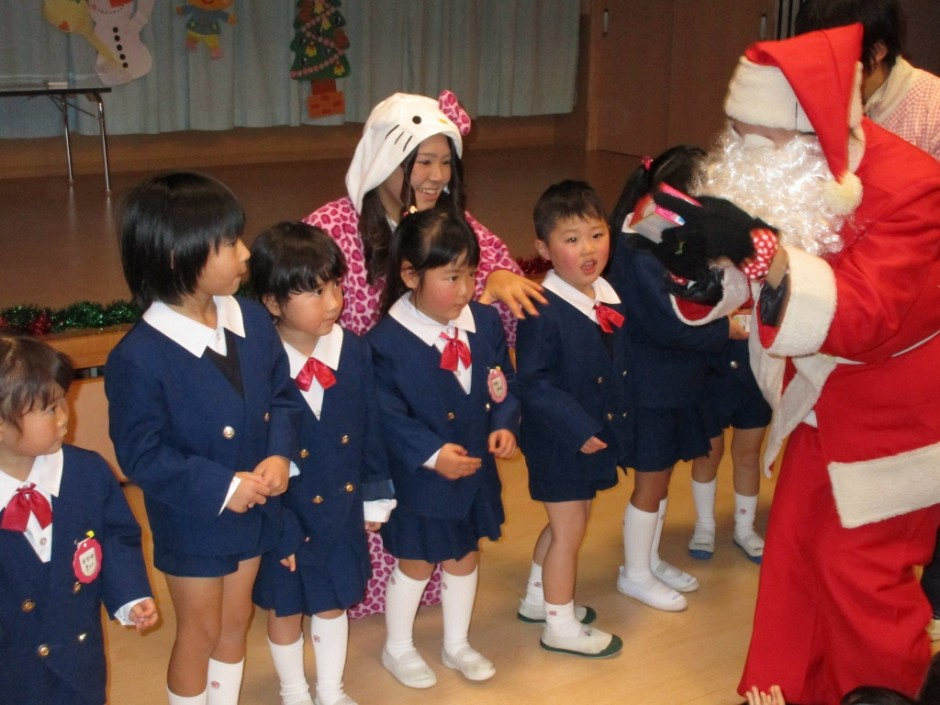 みんなの楽しみにしていたクリスマス会が開かれました。 違いました。サンタクロースのおじさんがよい子にプレゼントを持ってきたようですね。みんなもらえましたか。