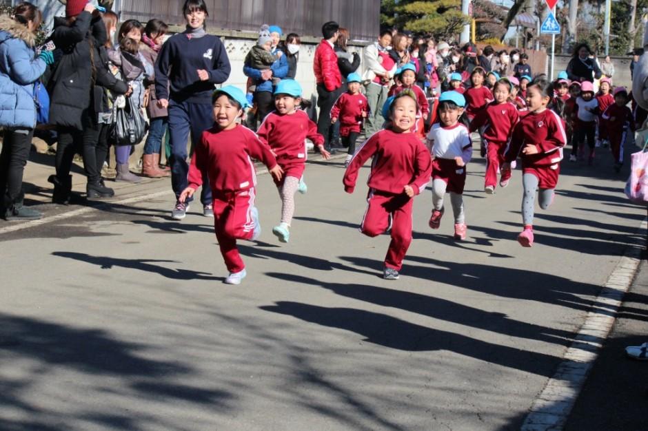 1月26日マラソン大会 いよいよマラソン大会が始まりますはじめは年中女の子からです。
