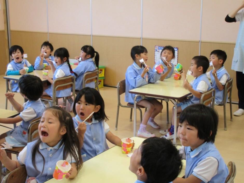 歯磨き大会6月3日 奥歯は磨きにくいから大きな口を開けて磨いてね。
