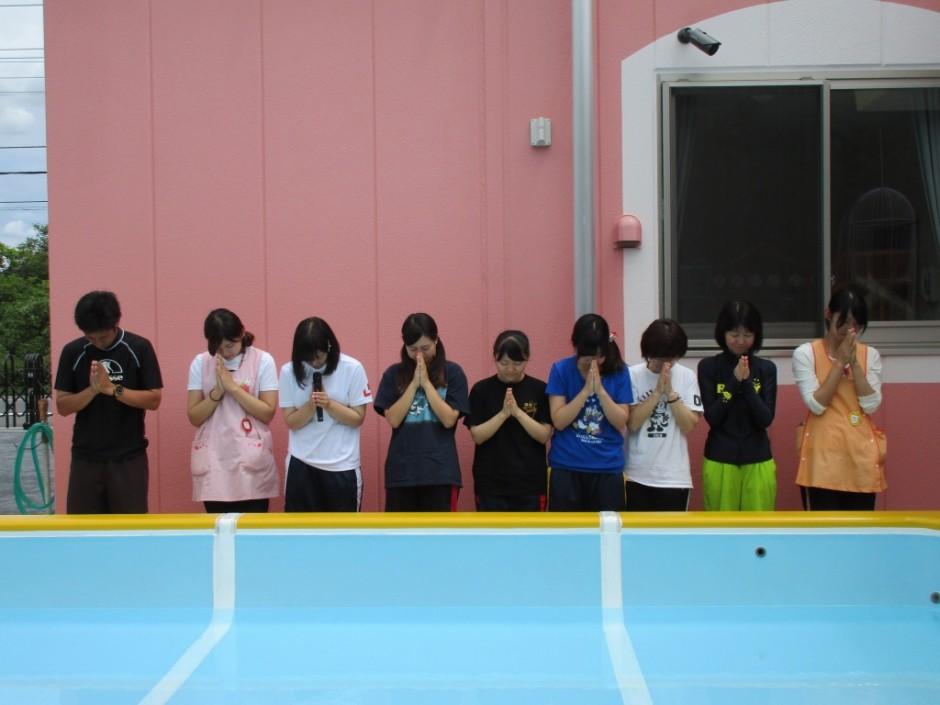 プール開き6月14日 最後に幼稚園部先生全員で安全祈願をします。