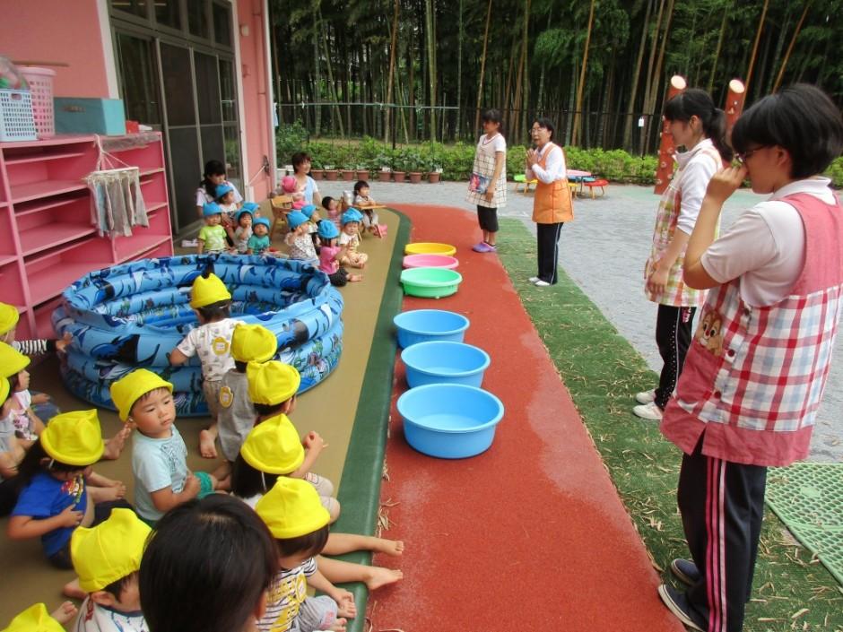 プール開き6月14日 保育園部は園長先生からプールに入る時のの注意事項を聞きました。