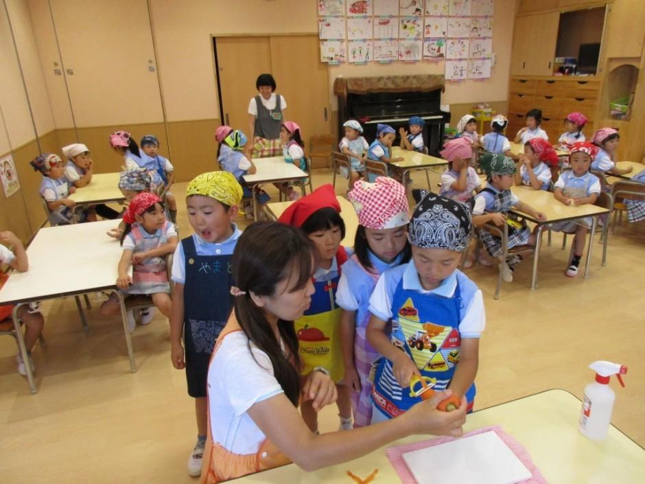 6月お誕生会 お誕生日の給食は子供たちが材料を調理してカレーを作りました。
