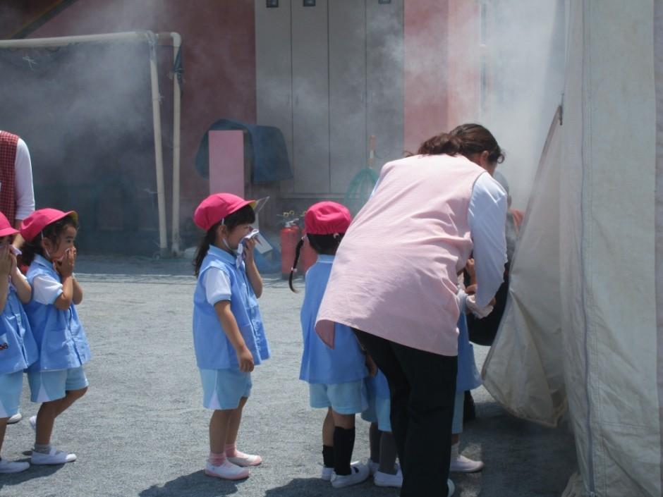 防火講習6月20日 いよいよ煙の中に入っていきます。