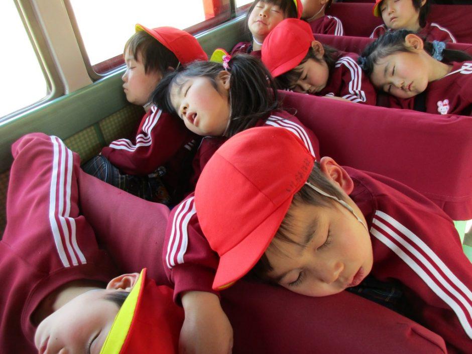 お別れ遠足 大宮鉄道博物館 帰りのバスの中はみんな疲れて寝ています。電車に乗っている夢を見ているのかもしれませんね。(^^)/