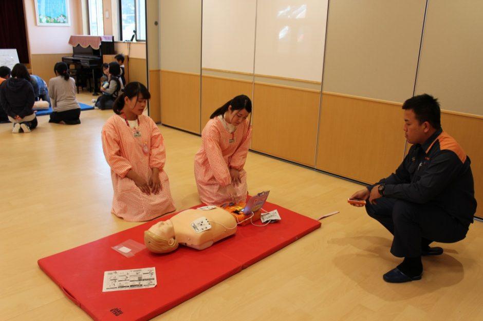 救急救命講習会 先生も順番で講習を受けています。