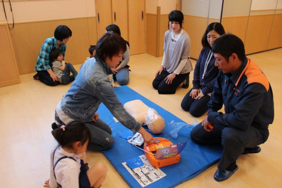 救急救命講習会 保護者の希望者もAEDを使った救命救急を順番で実技講習をしました。