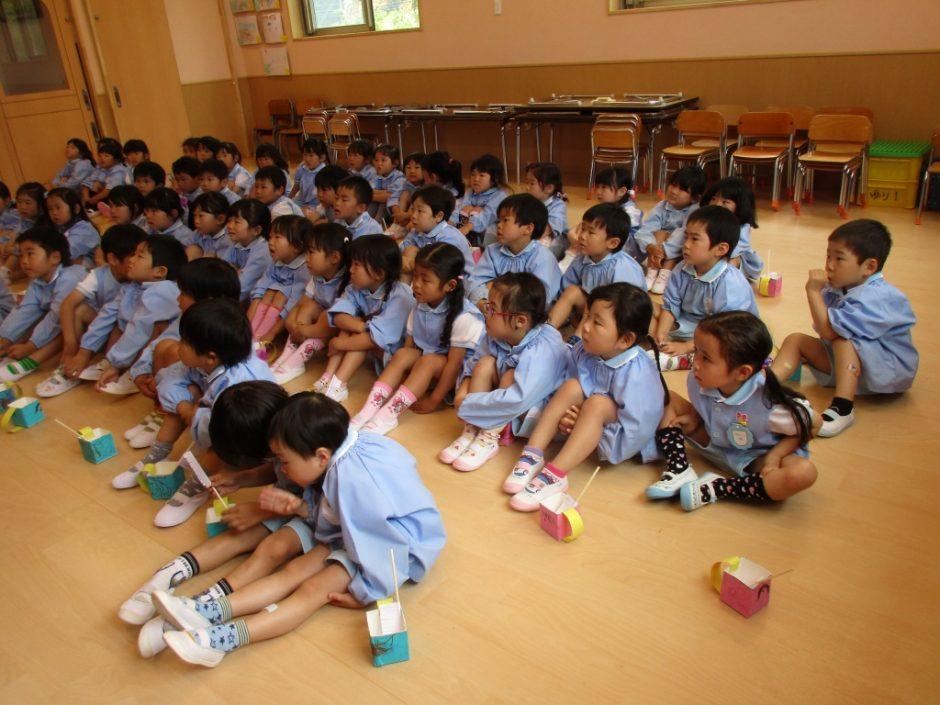 歯磨き大会 皆まじめに先生の話を聞いています。