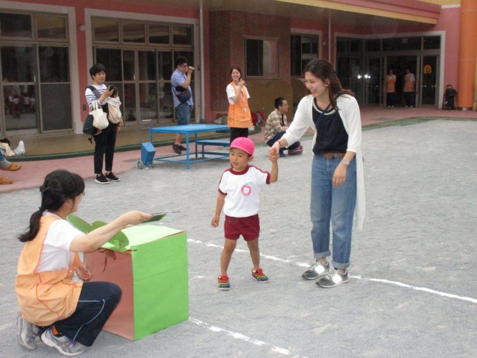 保育参観が行われました。6月7~9日 子どもがおにぎりをバトン代わりにカエルにおにぎりを食べさせ競争するゲームです。