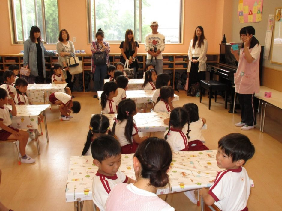 保育参観が行われました。6月7~9日 ゆり組さんはけん玉を作り室内遊びをしました。