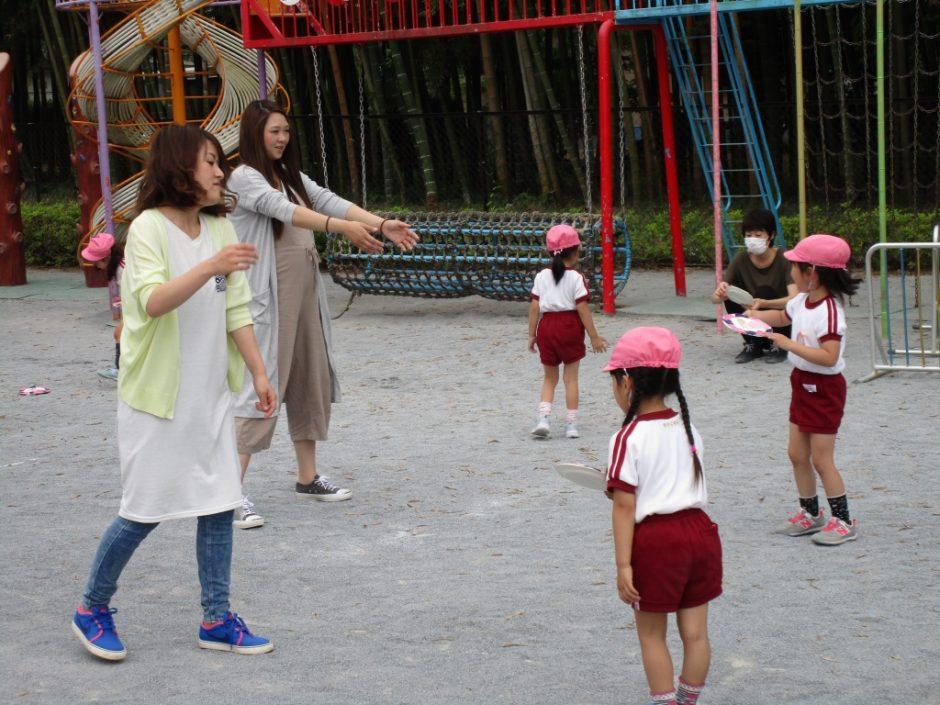 保育参観が行われました。6月7~9日 完成したフリスビーを園庭で親と子供で飛ばして遊びました。