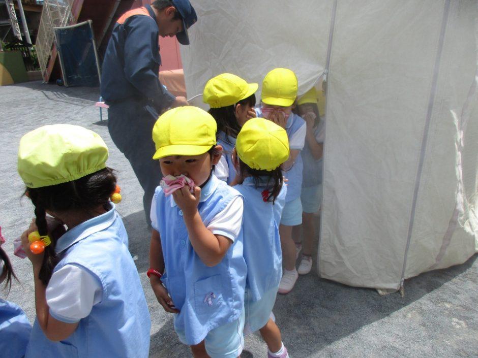 防火講習6月19日 続いて煙中避難訓練を年長さんから年少さんまで体験しました。煙は通常よりも少なめにして体験しました。