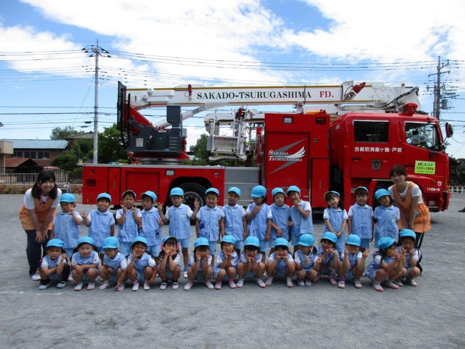 防火講習6月19日 はしご車の前で、ゆり組さん記念撮影