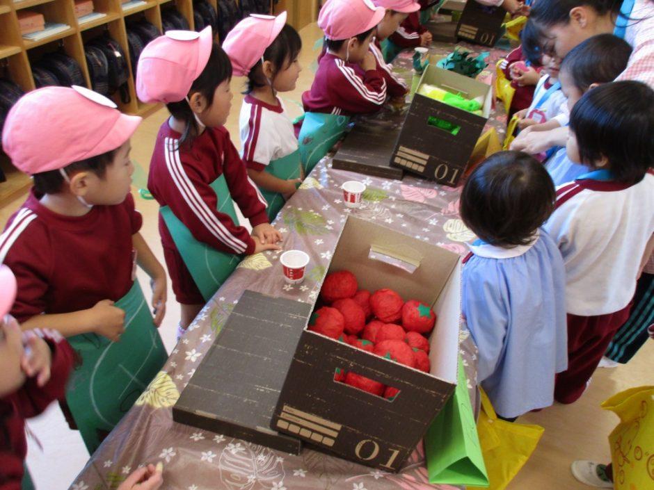 子供たちが楽しみにしていたおみせやさんごっこです。みんな目をキラキラさせて買い物をしていました。 おいしそうなトマトですね。
